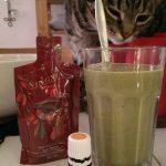 Grüner Smoothie mit Katze