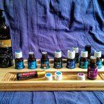 Holzbrett mit den ätherischen Ölen für die Raindrop technique